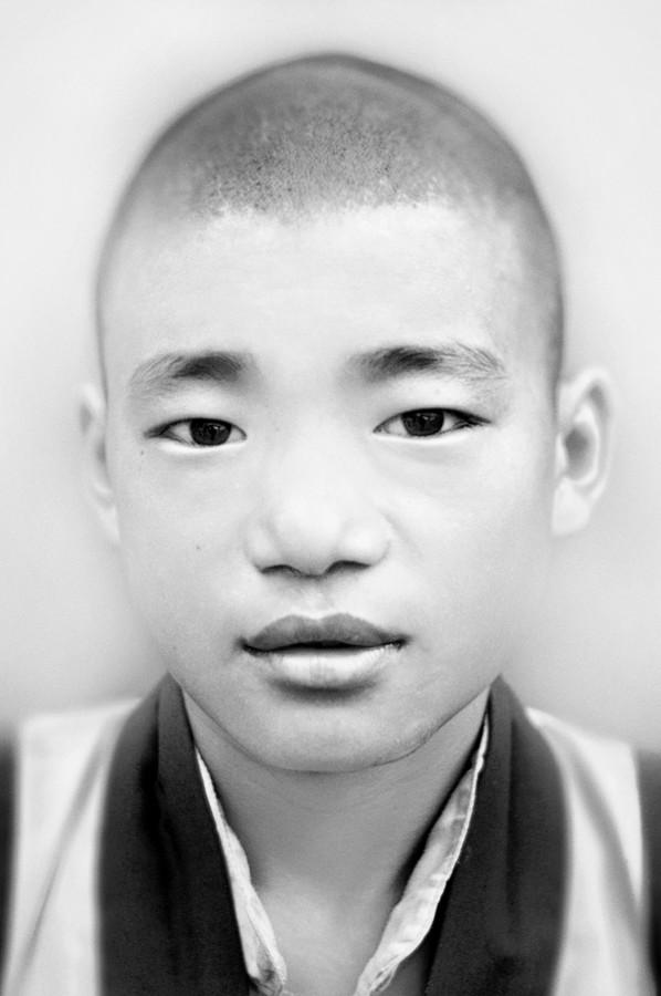 Junger Mönch im Chokling Monastery - fotokunst von Victoria Knobloch