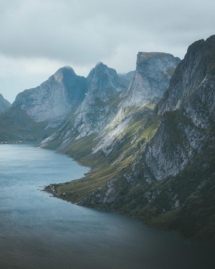 MOUNTAINS MEET THE OCEAN - fotokunst von Fabian Heigel