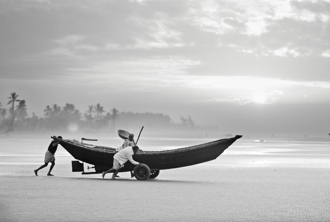 Fishermen launching their boat in the morning, Bangladesh - fotokunst von Jakob Berr