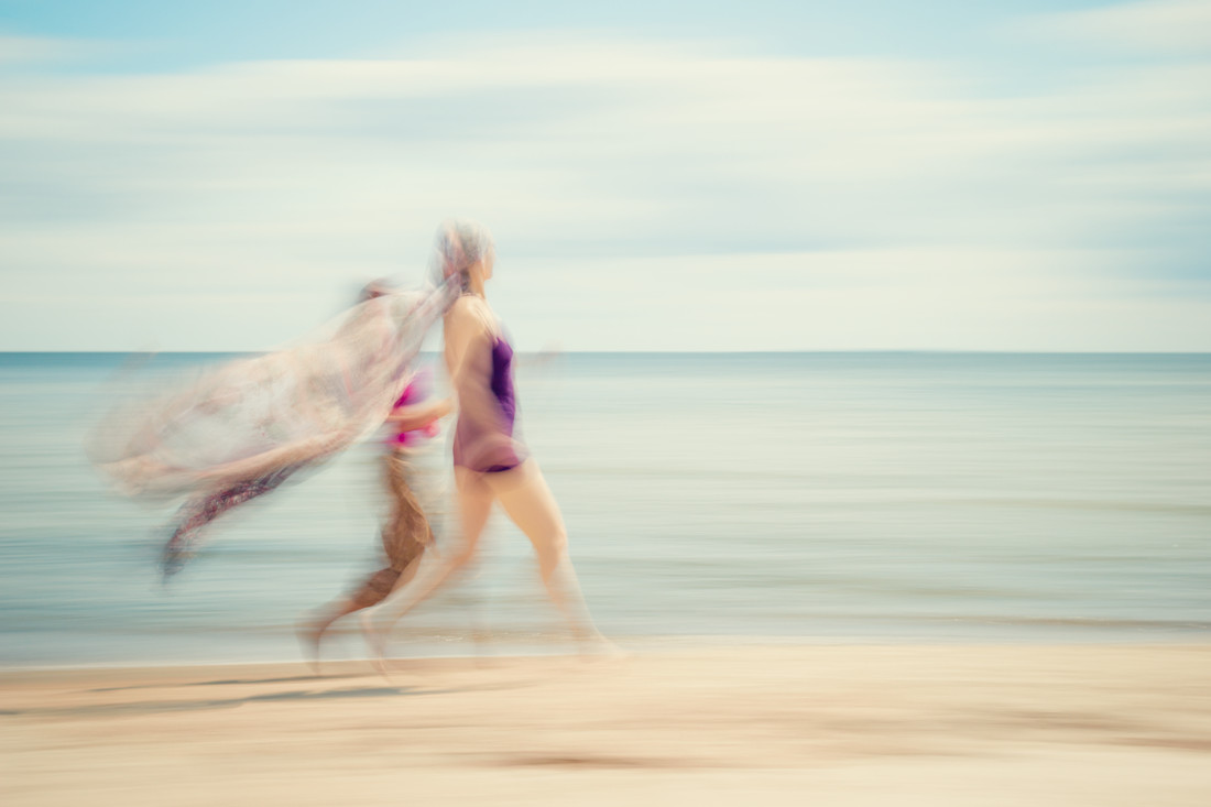 two women on beach IV - fotokunst von Holger Nimtz