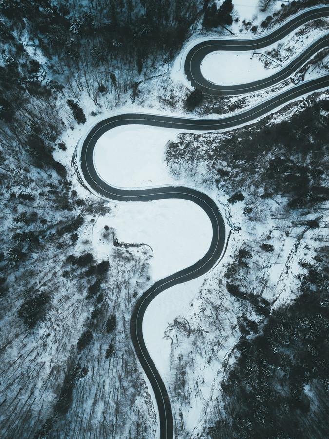 CURVY WINTER ROAD - fotokunst von Fabian Heigel