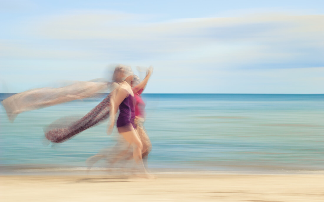 two women on beach V - fotokunst von Holger Nimtz