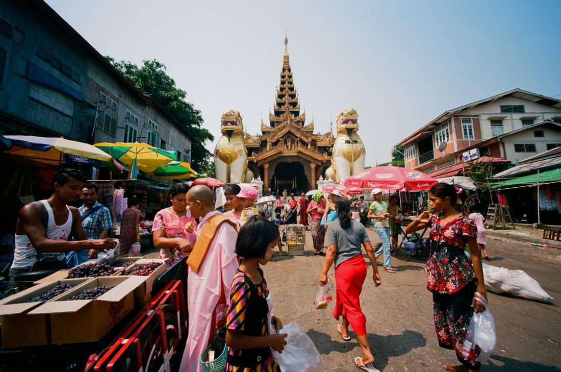 Myanmar Yangon - fotokunst von Jim Delcid