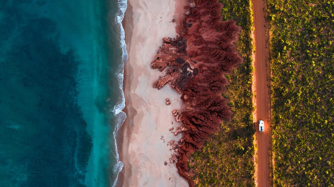 camping truck on rugged coastline from above - fotokunst von Leander Nardin