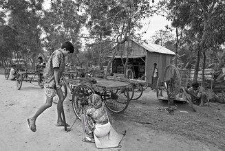Jakob Berr, Riksha puller repairing a tire (Bangladesh, Asia)