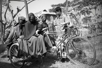Jakob Berr, Rickshaw puller with customers (Bangladesh, Asia)
