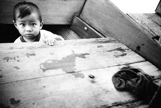 Jacqy Gantenbrink, Vietnamesischer Junge im Boot (Vietnam, Asia)