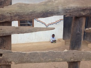 Delia Kämmerer, Boy in front of a house (Tansania, Afrika)