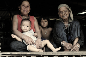 Haifeng Ni,  3-generations family in bamboo hut (Vietnam, Asien)