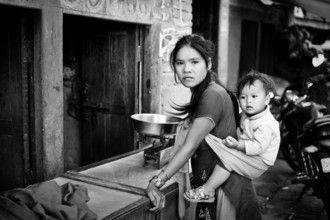Victoria Knobloch, Mother and child shopping in Kathmandu (Nepal, Asia)