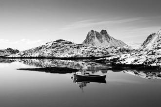 Einsames Boot - fotokunst von Dietmar Van Der Linden