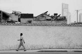 Spaziergänger in Shanghai - fotokunst von Holger Ostwald