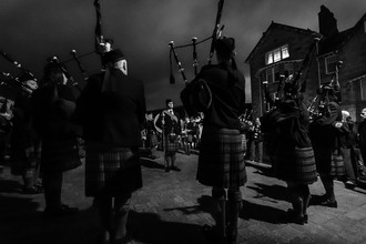 Jörg Faißt, Pipe band, night before highland Games, Braemar (Scotland) (Großbritannien, Europa)