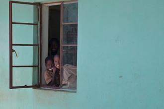 Monika Nutz, fröhliche und neugierige Kinder in der Schule (Simbabwe, Afrika)
