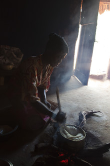 Monika Nutz, preparing a meal (Zimbabwe, Africa)