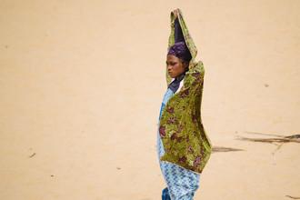 Steffen Böttcher, Woman on the beach (Ghana, Africa)
