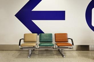 Flughafen Sitze - fotokunst von Jeff Seltzer