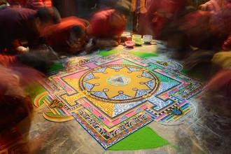 Dirk Steuerwald, Buddhistische Mönche erschaffen ein Sandmandala (Nepal, Asien)