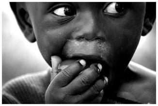 David Samaranch Rebull, sharing tomatoes with an ugandan baby (Uganda, Africa)