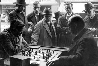 Süddeutsche Zeitung Photo, Schachspieler im Cafe Stephanie 1931 (Serbia, Europe)