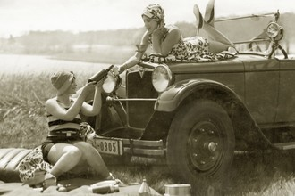 Süddeutsche Zeitung Photo, Picnicking Women (Germany, Europe)