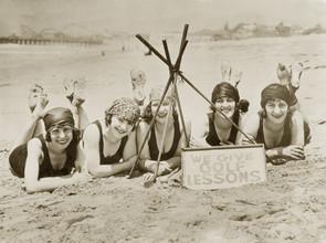Süddeutsche Zeitung Photo, Frauen an einem Strand in Kalifornien, 1927 (Vereinigte Staaten, Nordamerika)