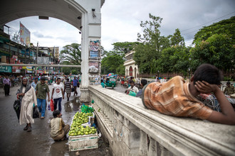 Miro May, Lying on a bridge (Bangladesh, Asia)