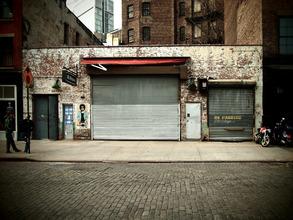 Kay Block, red awning (Vereinigte Staaten, Nordamerika)