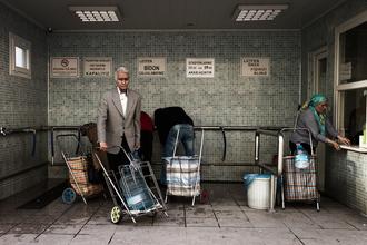 Carla Drago, Collecting water from the council spring. (Türkei, Europa)