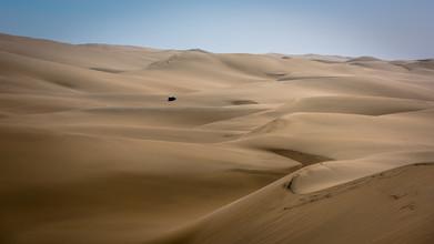 Dennis Wehrmann, infinite width in the namib desert in namibia, die unendliche weite der namibwüste in namibia (Namibia, Afrika)