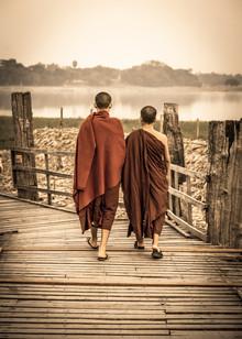 Sebastian Rost, Mönche auf der U Bein Brücke (Myanmar, Asien)