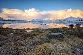Fjord mit Spiegelung am frühen Morgen - fotokunst von Michael Stein