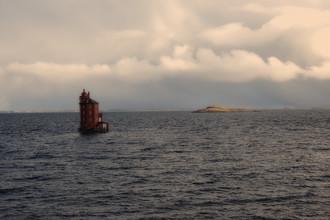 Dr. Christa Oppenheimer, Leuchtturm im Meer nahe bei Norwegen (Norwegen, Europa)