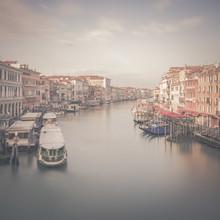 Dennis Wehrmann, Sunrise Venice Canal Grande Rialto Bridge, Sonnenaufgang in Venedig an der Rialto Brücke (Italien, Europa)