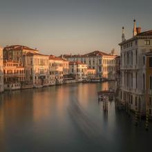 Along Canale Grande - fotokunst von Günther Reissner