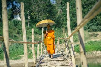 Daniel Flamme, Mönch auf Brücke in Luang Prabang (Laos, Asien)