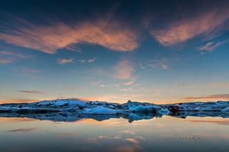 Lukas Gawenda, Abenddämmerung an der Gletscherlagune Jökulsarlon in Island (Island, Europa)