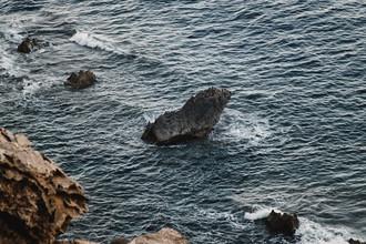 Nadja Jacke, Felsen im Mittelmeer an der Küste Formentera (Spanien, Europa)