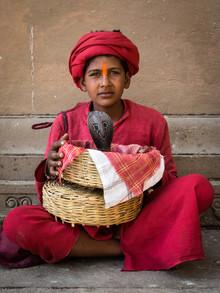 Sebastian Rost, Junge mit Kobra in Varanasi (Indien, Asien)