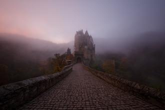 Moritz Esser, Mystische Burg Eltz im Morgennebel (Deutschland, Europa)