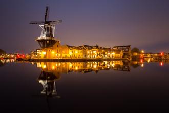 Spiegelnde Windmühle - fotokunst von Moritz Esser