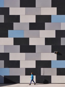 When people match walls - Fineart photography by Roc Isern