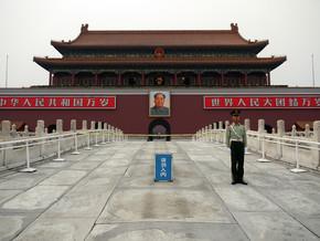 N. Von Stackelberg, Soldat am Eingang der Verbotenen Stadt (China, Asia)