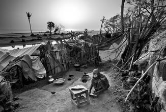 Jakob Berr, Woman preparing fish, Bangladesh (Bangladesh, Asien)