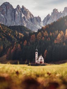 Kapelle in den Alpen - fotokunst von Gergo Kazsimer