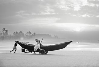 Jakob Berr, Fishermen launching their boat in the morning, Bangladesh (Bangladesh, Asien)