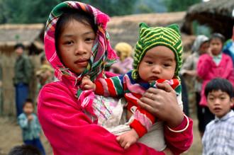 Silva Wischeropp, Mädchen mit Baby - Nordwest Vietnam (Vietnam, Asia)