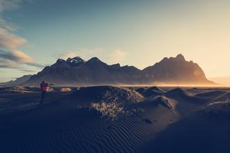 Franz Sussbauer, Schwarze Sanddünen im ersten Sonnenlicht (Island, Europa)