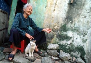 Silva Wischeropp, Alte Vietnamesische Frau mit Katze - HOI An - Vietnam (Vietnam, Asia)