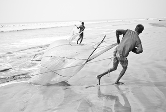 Fishermen fishing for shrimp larvae, Bangladesh - fotokunst von Jakob Berr